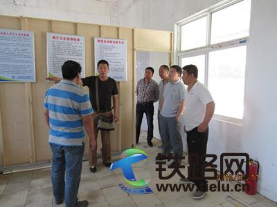 图为<a href=http://www.tielu.cn/zhongtiedianqihuaju/ target=_blank class=infotextkey>中铁电气化局</a>集团郑徐客专四电集成工程指挥部常务副指挥长郭戈检查驻地建设1.jpg