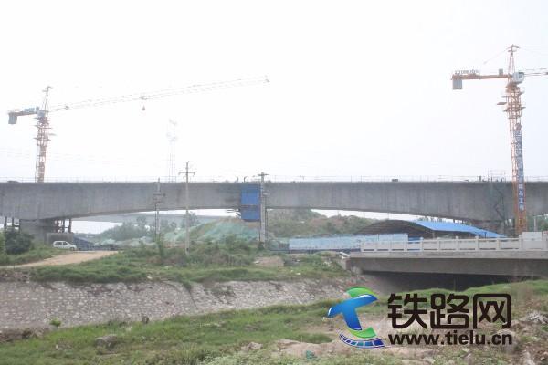 图1.跨石化大道连续梁中跨顺利合龙(摄影:房成玉).JPG