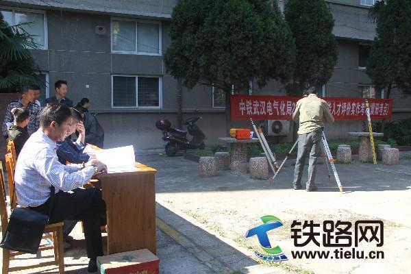 中铁武汉电气化局2015年度高技能人才评价工作在襄阳举行.jpg