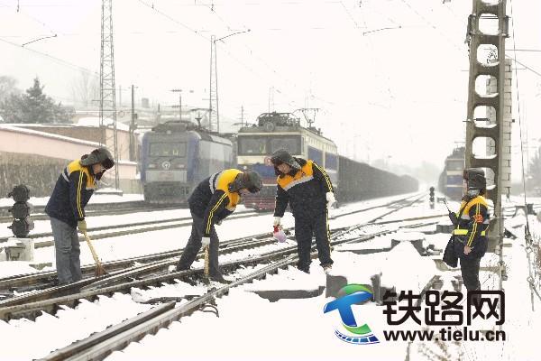 电务段职工进行道岔扫雪除冰作业图片