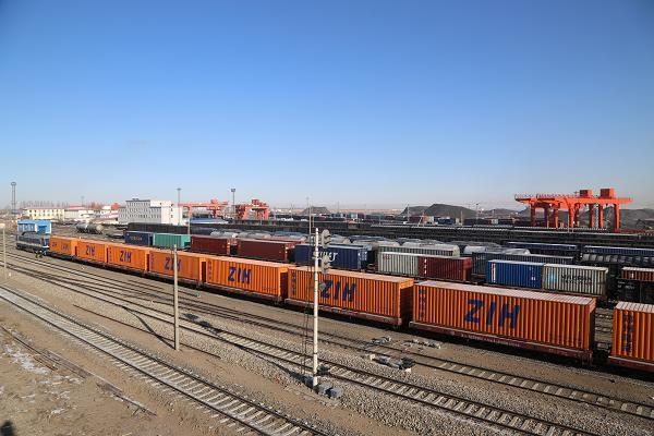 满载货物的列车整装待发.JPG