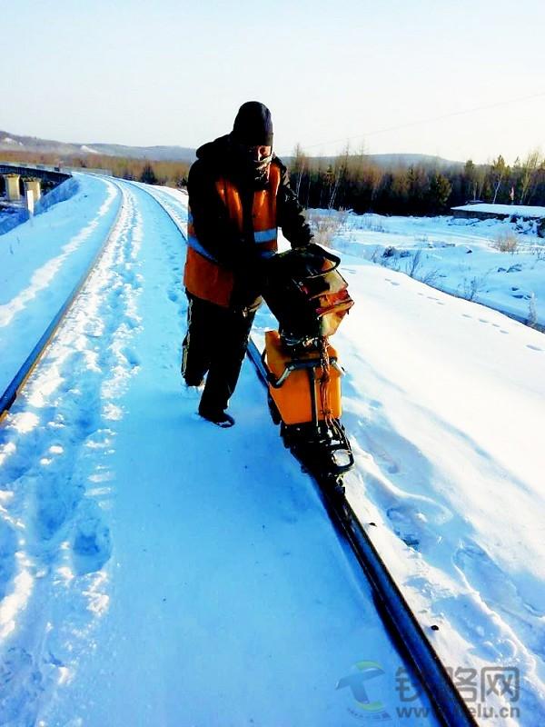 本报记者 胡艳波 张宝玉 图为庞亚川在为钢轨探伤。 张宝玉 摄 找北、找冷,向北走。提起号称神州北极的漠河,只有一个字冷。刚刚进九,气温已接近零下40摄氏度。 这是哈气成冰的温度,人们呼出的热气凝聚在睫毛、眉毛、头发上,瞬间成冰。 2015年12月21日,加格达奇工务段塔河探伤工区阿木尔探伤组班长庞亚川带领6名钢轨探伤工,冒着蒙蒙冰雾,风雪无阻地行进在千里铁道线上,为钢轨 听诊、把脉,维护着大动脉的畅通。 庞亚川年过半百,在素有 高寒禁区之称的大兴安岭工作了30多个年头。大家都亲切地称他为