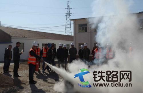 二十二局集团四公司叶赤铁路项目部消防演练保安全――于泽摄.jpg