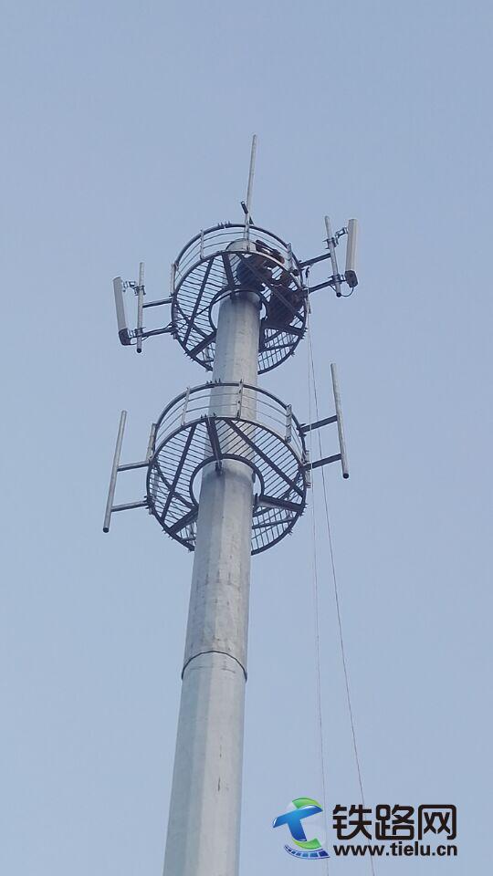 中铁武汉电气化局三南铁路项目部完成第一座通信铁塔天馈线安装
