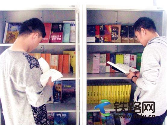 职工正在挑选喜爱的书籍.jpg