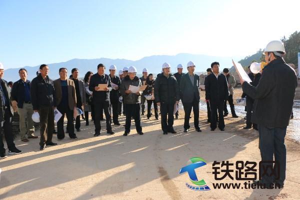云南省人大代表在听取中铁二十一局三公司丽香铁路项目部领导汇报.JPG