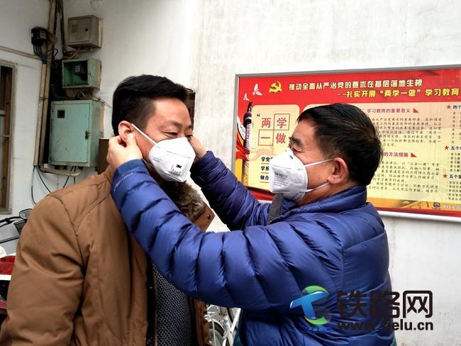 web郑州基地项目书记亲自为职工戴上防雾霾口罩.jpg