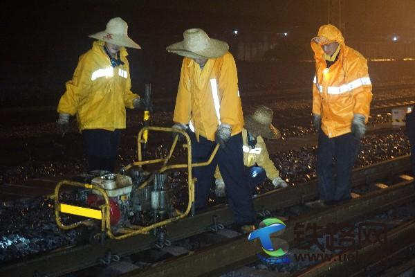 玉林工务段职工利用夜间天窗在玉林站9道冒雨进行线路整修作业.JPG