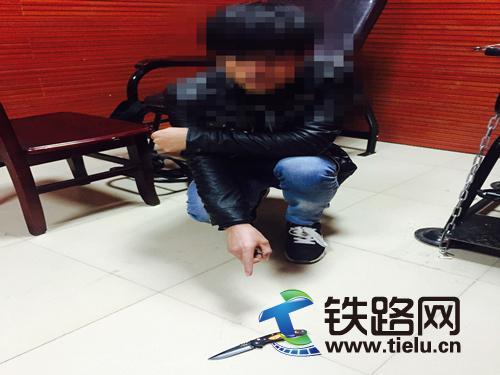 违法行为人指认携带的管制刀具.jpg