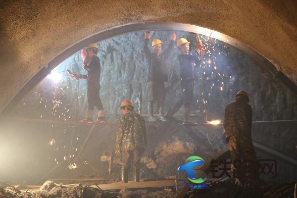 丽香铁路黄山哨隧道进口安全通过扩大段后,职工们在进行上导坑初支立架工作。.JPG