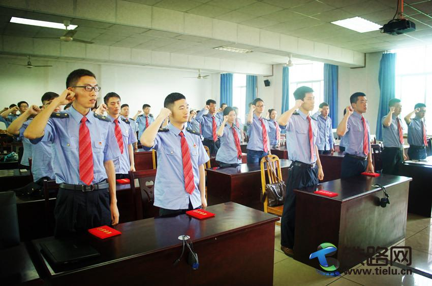 图为:团员青年们高举右手,庄严宣誓。.jpg