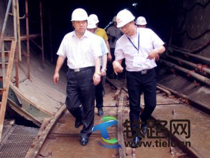 任少强(左)在隧道检查.jpg
