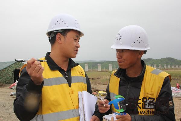 韦铁鹤(左)指导施工.JPG