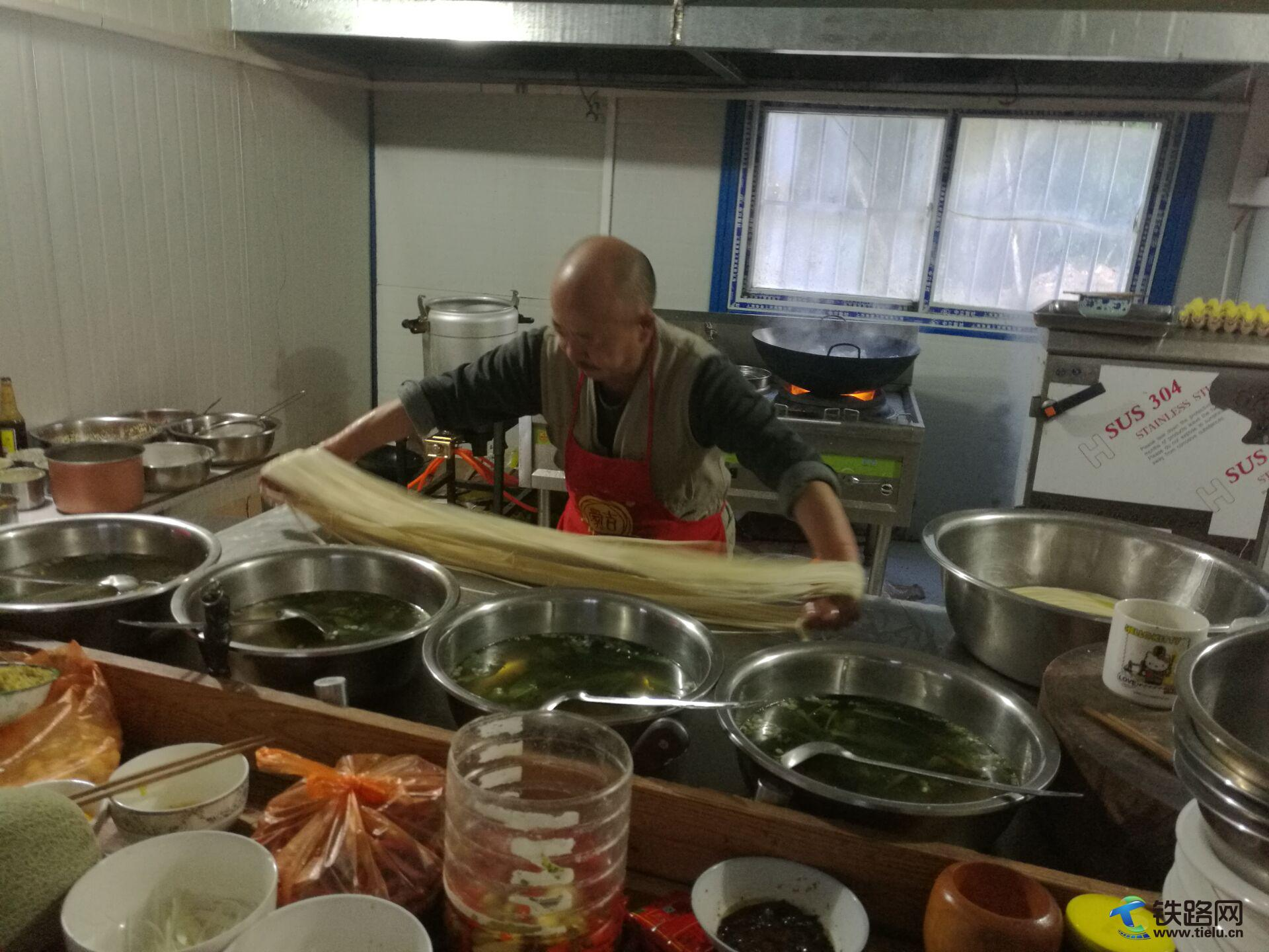 拌和站职工食堂的林茂军师傅,正在为加夜班的员工准备夜班饭――拉面.jpg