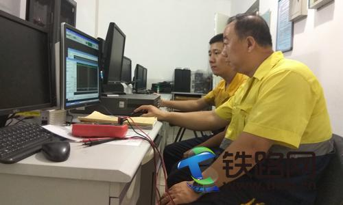 7月5日,包头电务段职工刘捍东、杜超正在调阅微机监测信息。.jpg