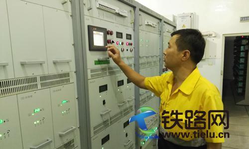 7月6日,包头电务段职工王宝恒正在检查电源屏报警信息.jpg