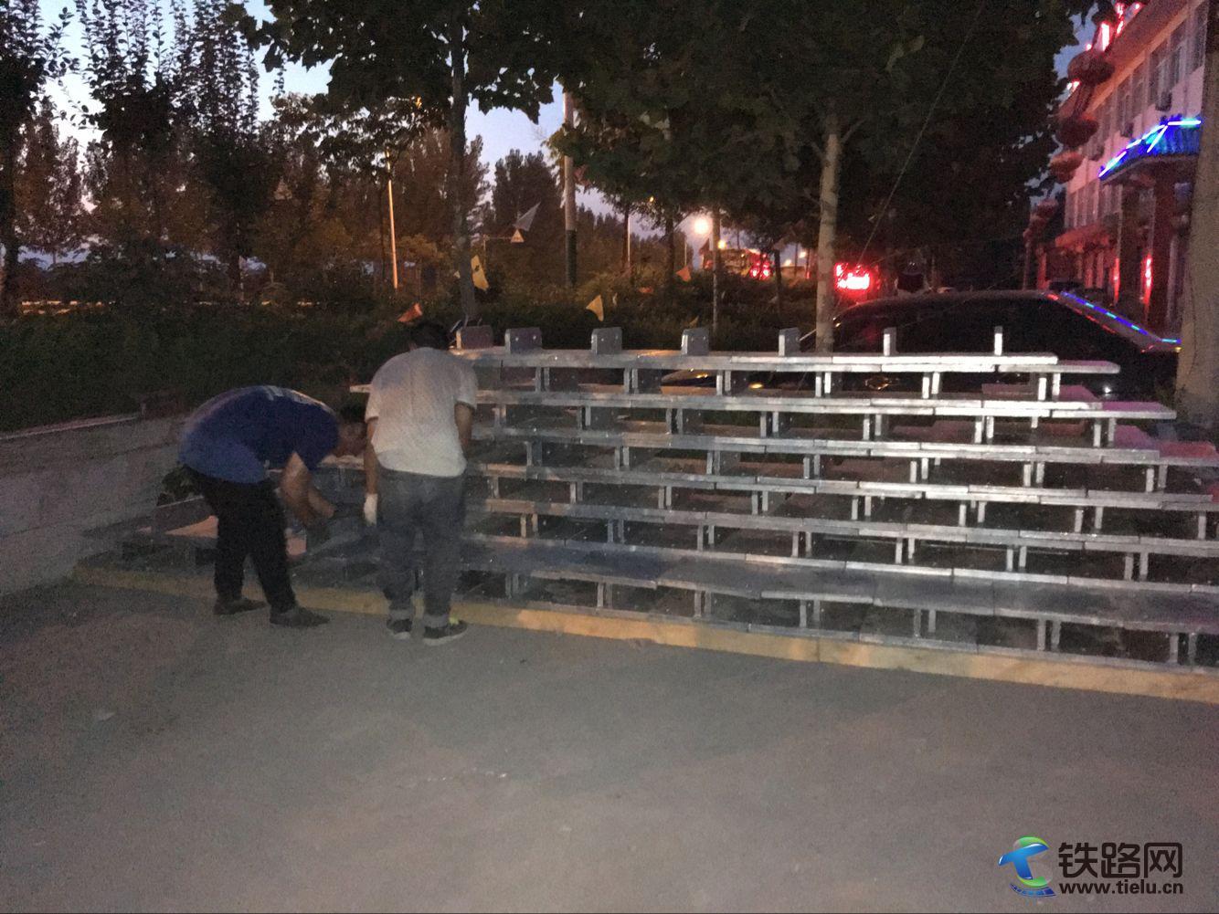 图为:青年突击队队员用拉线底板摆出电气化人自己的钢铁金字塔.jpg