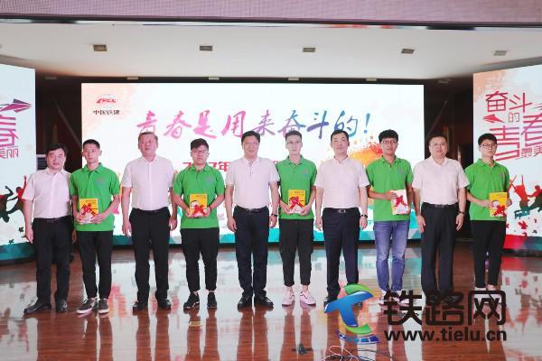 2中铁十七局集团领导与所属三公司领导为新员工代表赠书。周毅力 摄.JPG