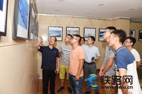 4新员工参观中铁十七局职工摄影展。赵桂军 摄.JPG