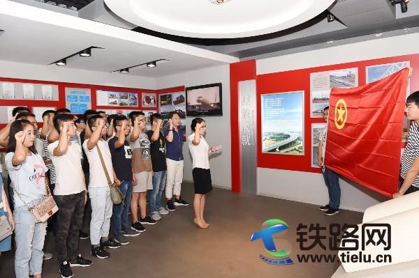 5新员工党员在中铁十七局荣史馆重温入党誓词。赵桂军 摄.JPG