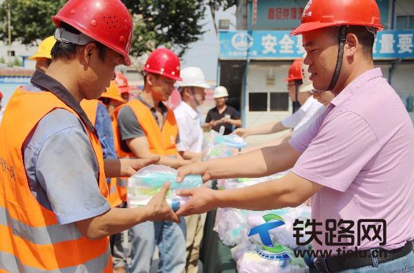 分公司党总支书记给农民工发放防暑降温用品.jpg