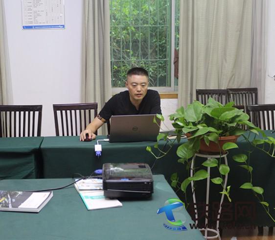 王茂林正在授课.JPG
