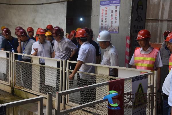 王江卡(左3)向佘才高董事长(左4)介绍工程质量与施工安全管控.JPG