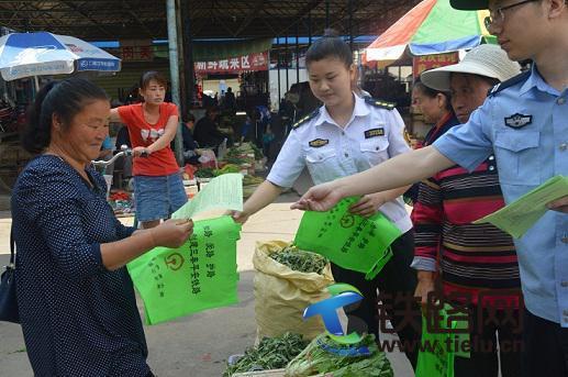 图1:黄陵站民警深入农村集贸市场进行爱路护路宣传.jpg