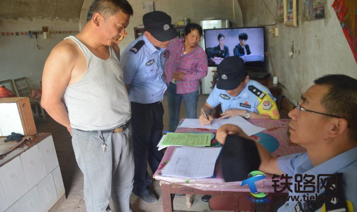 图2:黄陵站民警进行入户法治宣传.jpg