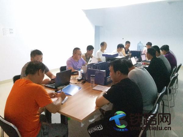 图为:三公司第五项目分公司第二作业队开展工前施工技术、安全培训教育工作.jpg