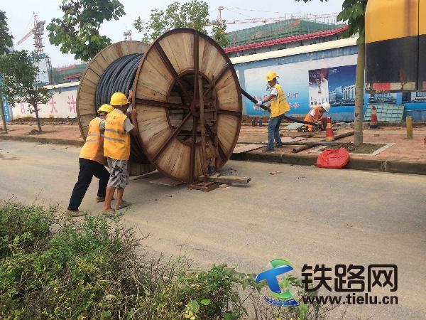 图为中铁武汉电气化局集团一公司武黄项目部电力变电作业队正在敷设电缆,穿越市政工程.jpg
