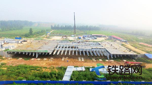 郑州航空港项目首座钢结构桥桥面板铺装顺利合拢.jpg