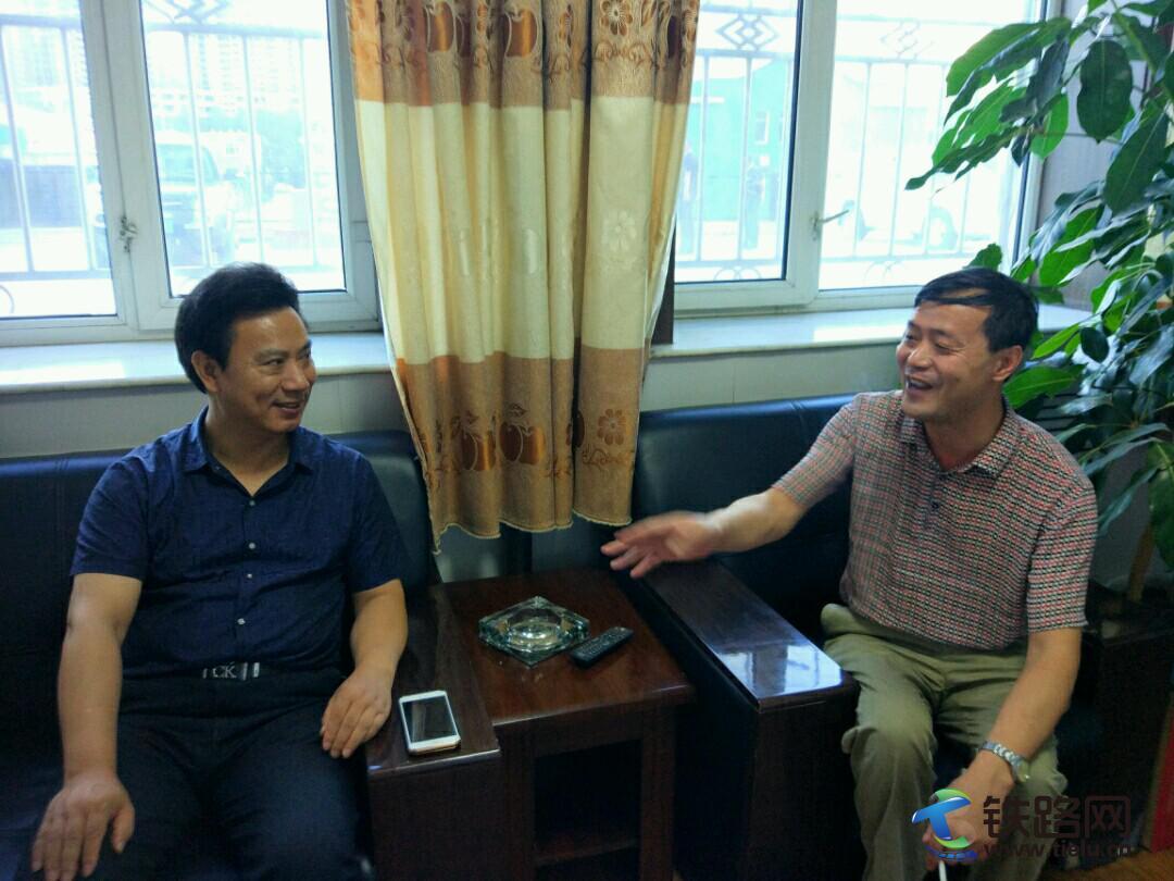 黄仕科与绥芬河市新闻单位领导交谈的镜头.jpg