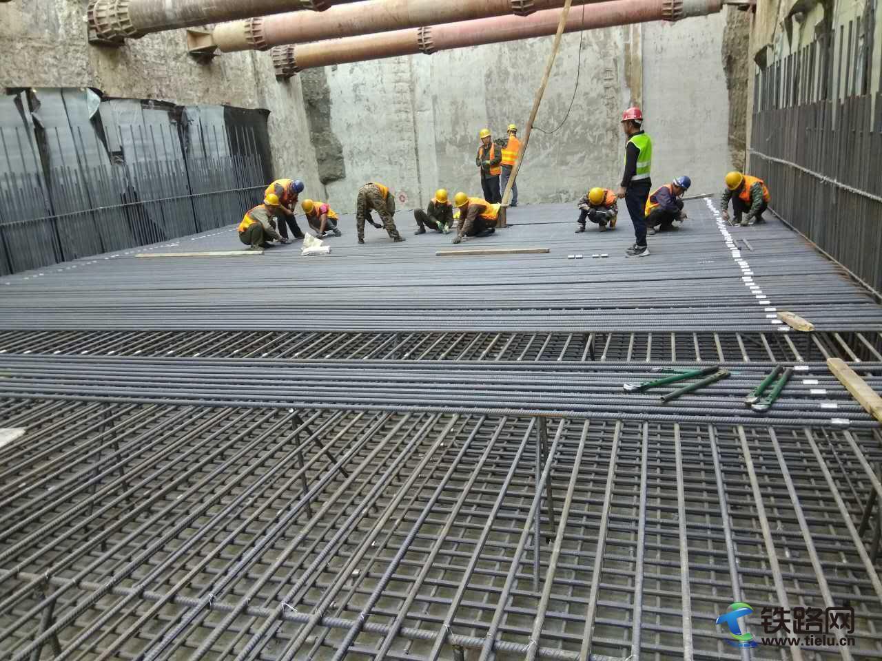 哈尔滨地铁工-省区间明挖停车线段第一段地板钢筋开始绑扎.jpg