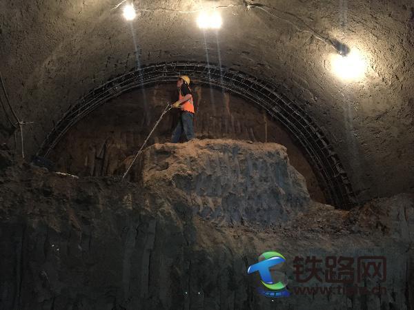 哈尔滨地铁博-工区间右线暗挖隧道顺利开挖.jpg