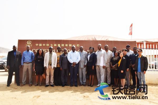 Zambezi区议会代表团莅临参观纳米机场高速项目部.JPG