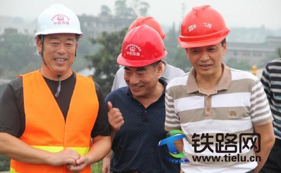 张国力总经理(右)听取汇报.jpg