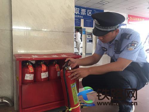 民警对售票厅灭火器情况进行检查.jpg