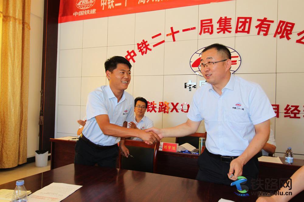 图2-刘宇旭(右)刘国平签约握手。.jpg