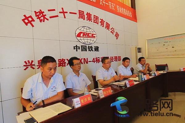图4-刘宇旭(左三)部署安排工作。.jpg