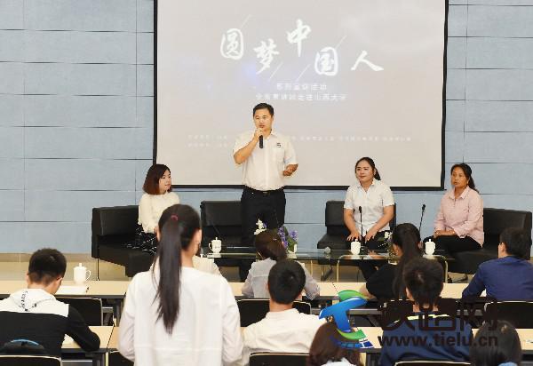 图为乐锋正在与山西大学学生进行现场互动。赵桂军 摄.JPG