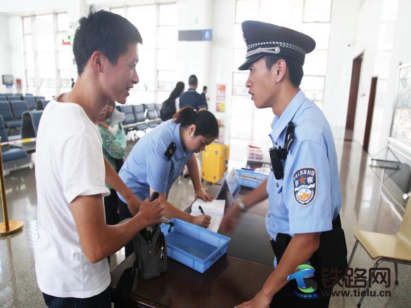 旅客对民警的帮助表示感谢.jpg