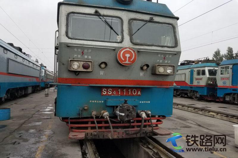 进行了防寒包扎的SS4型1110机车.jpg