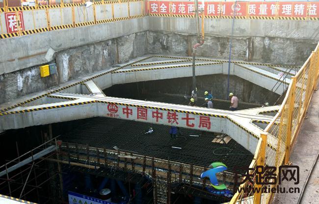 web双节期间中铁七局五公司新白广城际项目首板主体结构浇筑完成.jpg