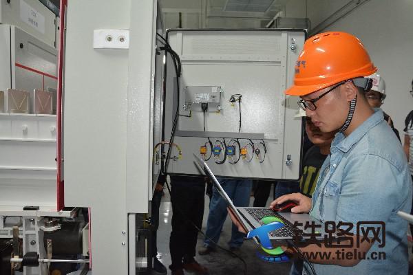 短路实验完毕,技术人员检测设备。张倩倩 摄.JPG