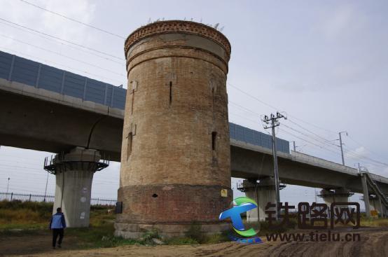 5水塔身后是现代化的哈齐高铁线.jpg