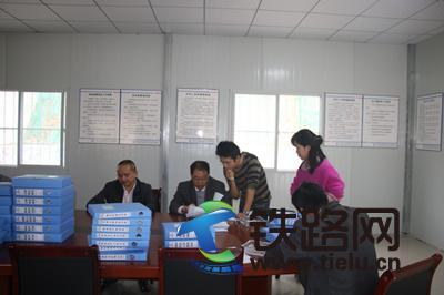 黄付君(左一)检查乐百二标项目安全工作.JPG