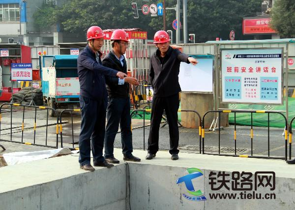 11月8日总经理在金府站施工现场部署工作.jpg