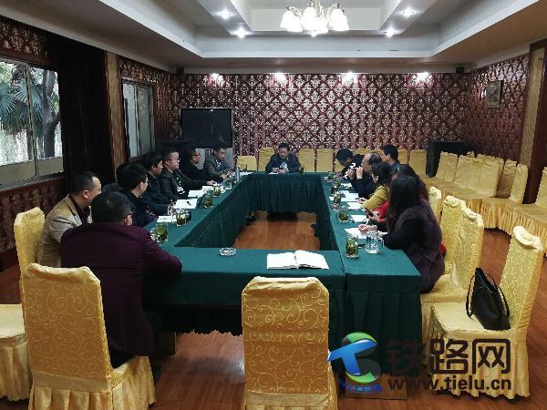 中铁武汉电气化局成都分公司召开经营工作座谈会。周丽华 摄.jpg