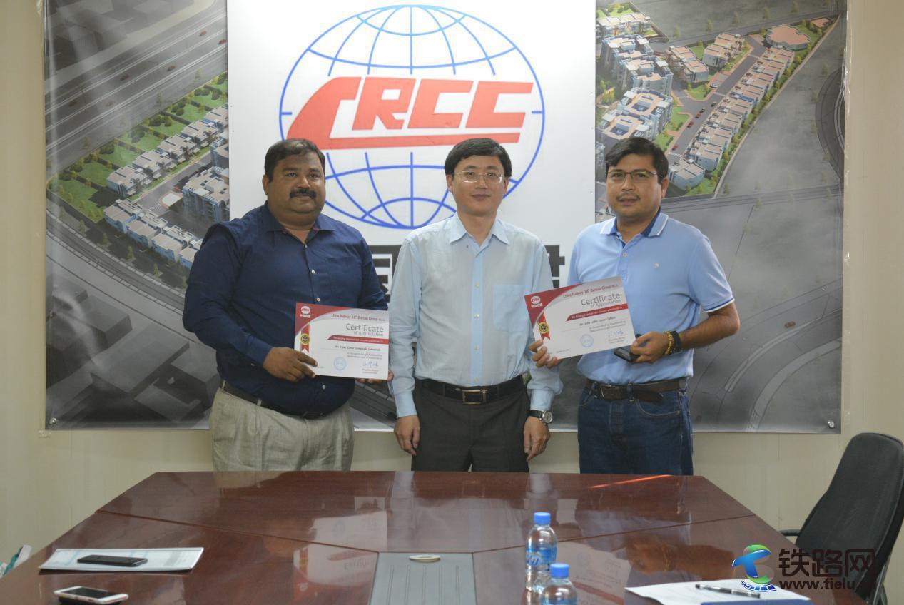 中铁十八局集团迪拜公司卡塔尔分公司总经理江华林(左二)为获奖外籍员工颁发奖状.jpg
